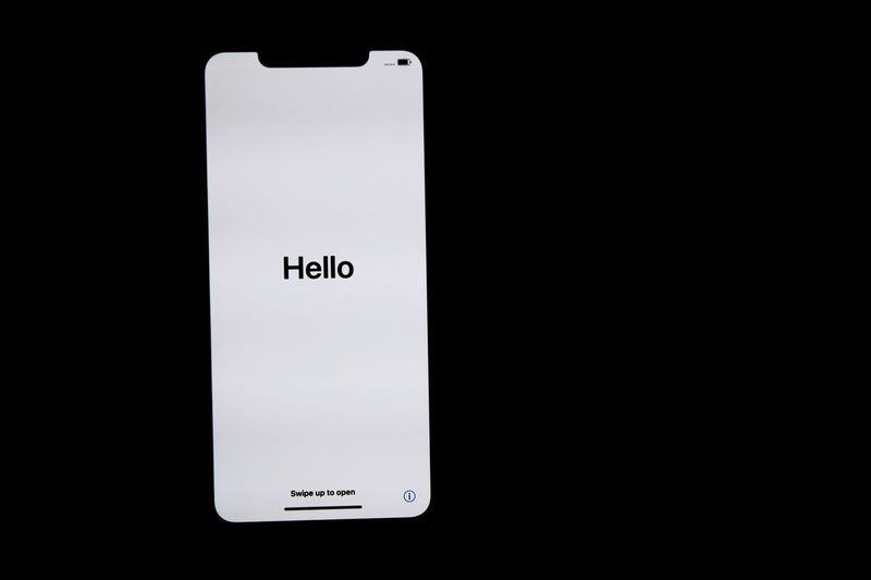 Hello the world Language Apple 中国 China Beijing 北京 苹果手机 Commercial Blackandwhite Hello World IPhone XS Max IPhoneography IPhone IPhone XS Max Photography 极简 Minimalism Western Script Text Black Background Copy Space Communication Studio Shot No People Close-up Single Object Simplicity Smart Phone White Color Capital Letter Technology