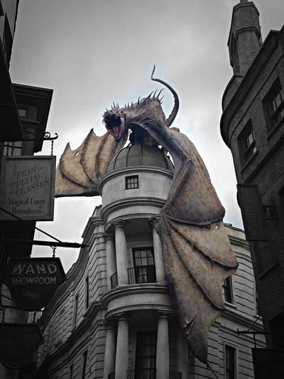 The dragon at Gringots wizarding bank! Dragon Gringotts Harry Potter Universalstudios Cool
