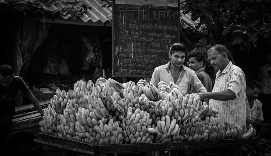 Eyemphotography Check This Out! Mumbai Streetphotography Checkthisout HeyThere Blackandwhite Photography Banana Thephotojournalist2015eyeemawards Thestreetphotographer2016eyeemawards India Dhobighat Dhobi_ghat Eyeforphotography Goodmorning :) Goodmorning EyeEm  Candid Hanging Out Nikon D3200