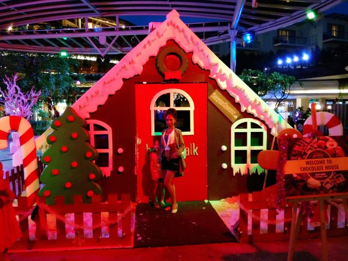 Welcome to chocolate house. Merry Christmas to the world. Christmas Around The World Christmas Decorations Hanging Out Merry Chritmas Hello World Chocolatehouse Mylittlefriend Brownie Enjoying Life Taking Photos Having Fun Shopping Mall Shoppingtime so happy met that little cutie girl. Thank you little girl!