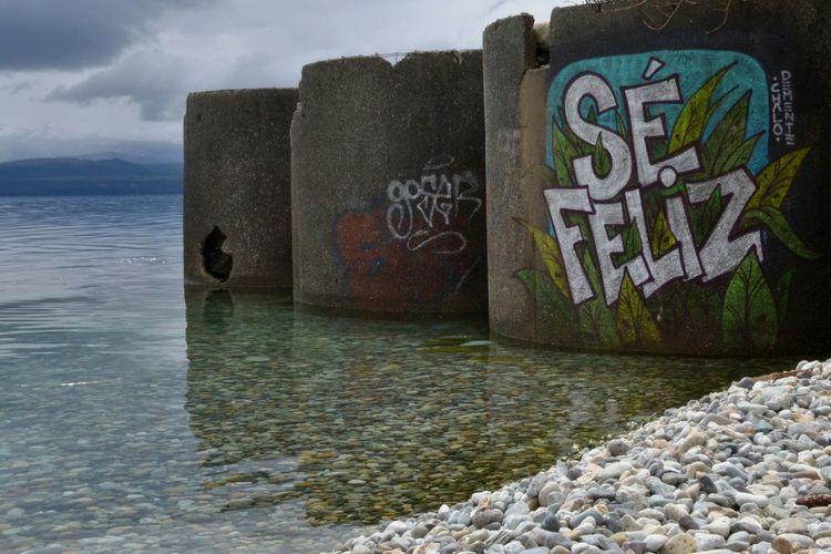 Happiness Mensaje Mensajero Bariloche, Argentina Arte Urbano  Water Sea Multi Colored Graffiti Calm Art