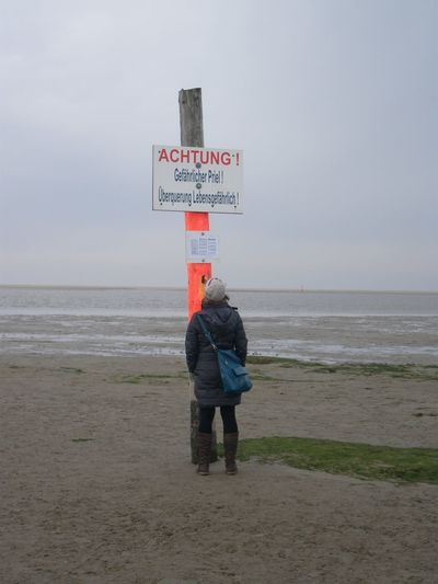 Achtung Beach Frau Guidance Himmel Horizon Over Water Information Kalt Lebensgefahr Leuchtfarben Nordfriesland Outdoors Sand Schild Sea Seascape Sign St. Peter-Ording St. Peter-Ording Strand Strand Symbol Tasche Warnung Water