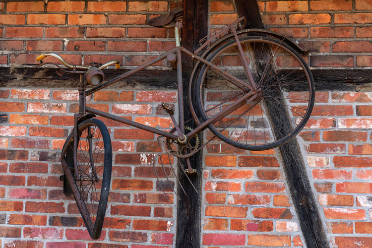 Rusty, old bicycle on the wall Old Rusty Wall Brick Brick Wall Bicycle Transportation Land Vehicle Wall - Building Feature Mode Of Transportation Architecture Day Wheel Stationary No People Building Exterior Built Structure Outdoors Leaning Parking Metal Window