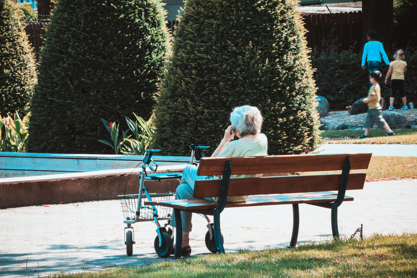 Old Woman Park - Man Made Space Relaxing Senior Adult Senior Women Sitting Sitting Outside Smart Phone Speaking On The Phone Technology Sommergefühle