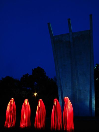 Blaue Stunde + rote Wächter + historisch wertvoller Ort = Fotografenmagnet Berlin Night Lights Festival Of Lights 2012 Wächter Der Zeit Festival Of Lights Modern Art Sculpture Blue Hour Monument Tempelhof