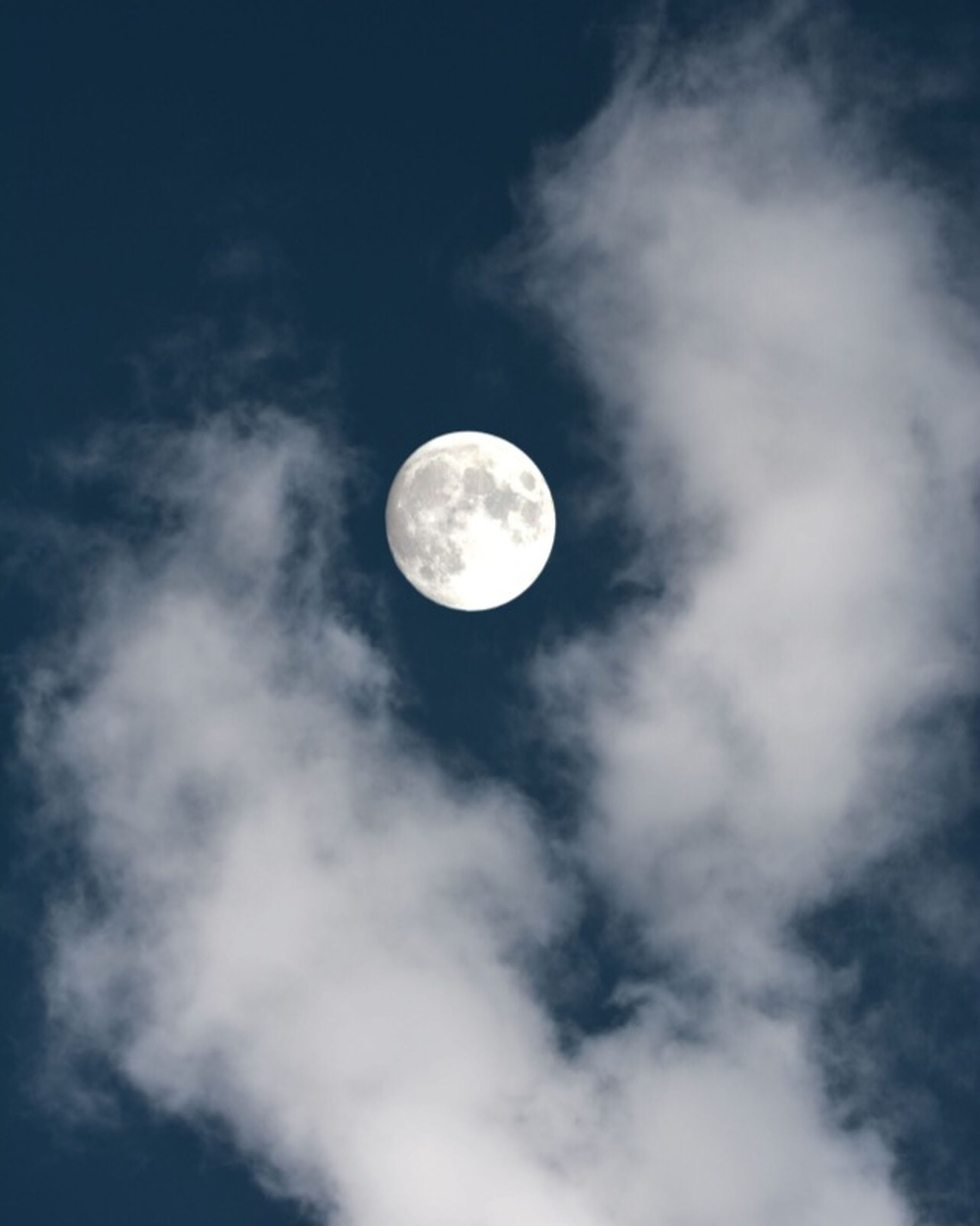 moon, low angle view, full moon, astronomy, sky, planetary moon, circle, beauty in nature, scenics, tranquility, tranquil scene, nature, moon surface, space exploration, sphere, night, discovery, sky only, majestic, idyllic