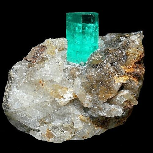 An Emerald Crystal from Muzo ! Zumrut kristali tabii ki anakayasinda Kolombiya'dan Colombia Ne yazik ki bu ornekleri bulmak artik cok zor. Gemology Geology Gemstones Gemologist Mineral Mineralogy Mine Natural