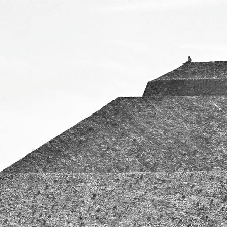 Al borde 🔺 Mexico Travel Photography Piramide Del Sol Teotihuacan Minimal Monochrome Minimalism Streamzoofamily