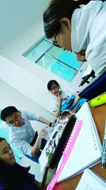 Mọi ánh mắt đều đổ dồn về 1 phía :))) Ls Laoshi Cute 老师 很帅 D班同学 看看他