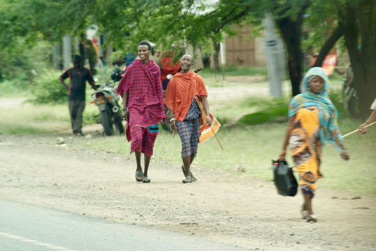 Hombres masai Happiness Tanzania Adult Africa African People Boys Masai People Smile Togetherness Walking