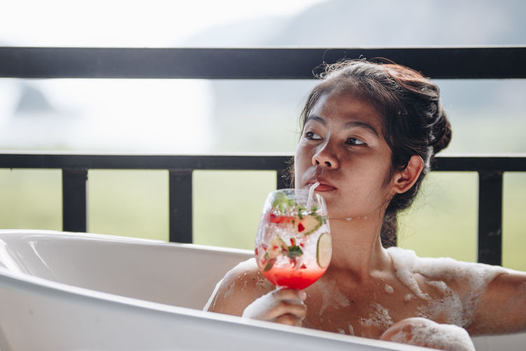 Headshot Portrait One Person Food And Drink Bathtub Refreshment Taking A Bath Real People Lifestyles Indoors  Adult Front View Focus On Foreground Young Adult Looking Day Wellbeing Hairstyle Contemplation