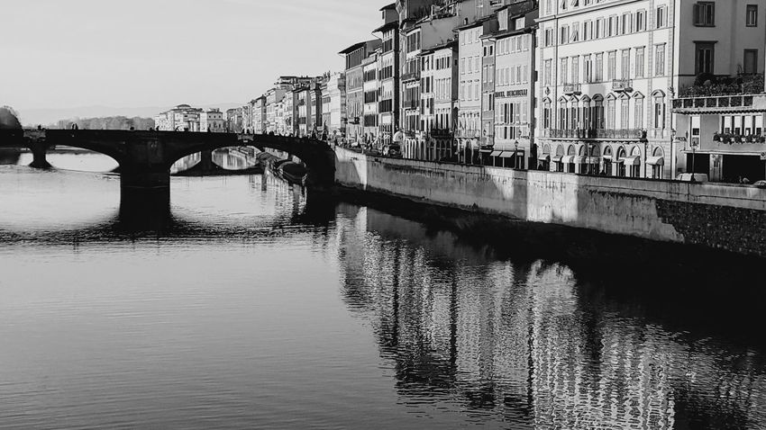 Puente sobre aguas tranquilas Florencia Florence Italy Puente Monochrome monochrome photography Blancoynegro Arquitecturephotography Ciudad Urbana Italia Italy City Water River Reflection Sky Architecture Building Exterior Built Structure Arch Bridge Waterfront Mast Wake - Water Bridge Canal Arch Calm
