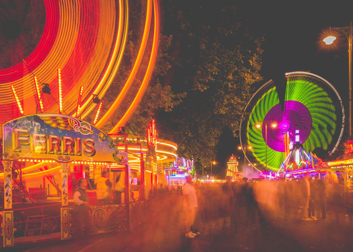 St Giles Fun Fair - The Big Wheel & King Candy Floss Fair Fun Fair Fun Fair Rides Oxford St Giles Fair The Big Wheel Attraction Blurred Motion Fairground Fairground Ride Fairground Rides Ferris Ferris Wheel Fun Fair Ride Illuminated Motion Multi Colored Neon Night Outdoors Real People Sky Slide St Giles