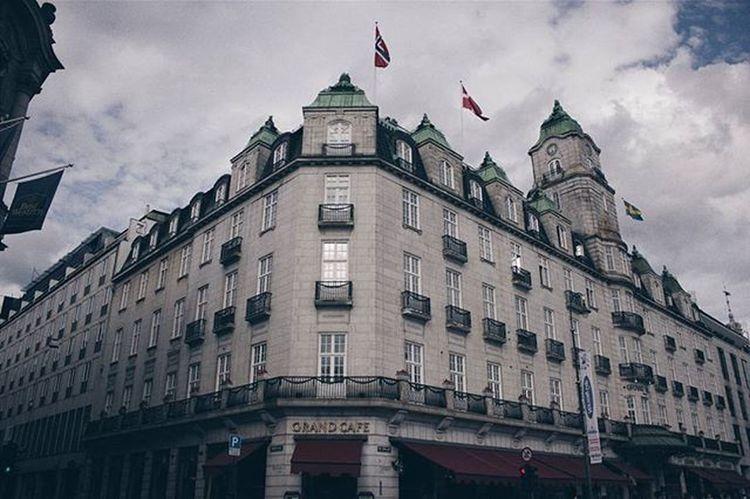Отель Grandhotel , в котором живут номинанты на Нобелевскую премию мира. И Grandcafe в котором были Эдвард Мунк и Генрик Ибсен. И в котором не был я:'( Vscocam VSCO Architecture Oslo Norway Vscoarchitecture Travel Ukraine Nobel NobelPeacePrize