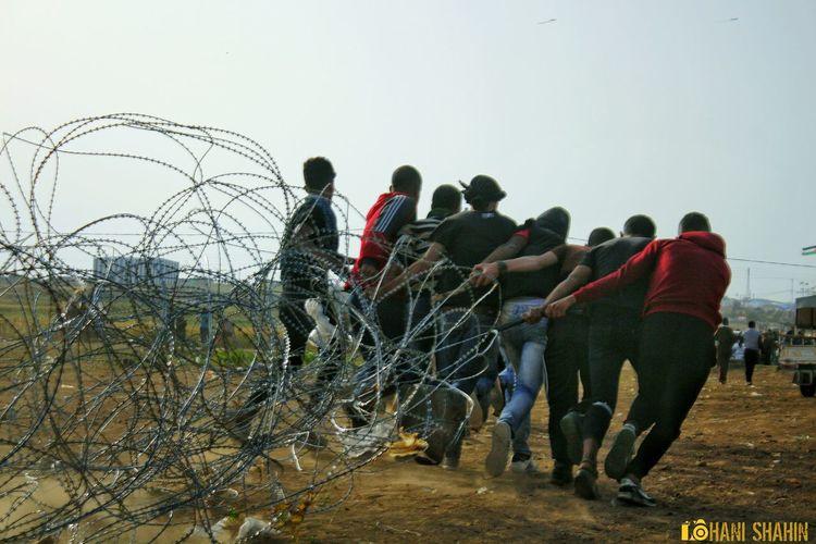 من على حدود غزة سحب السلك الشائك مسيرة العودة #تصويري Men Teamwork Togetherness Full Length Standing Sky