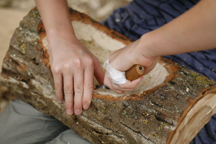 Activity Bildfolge Carve Close-up Finger Hand Holding Human Body Part Human Hand Indoors  One Person Photography Real People Wood - Material