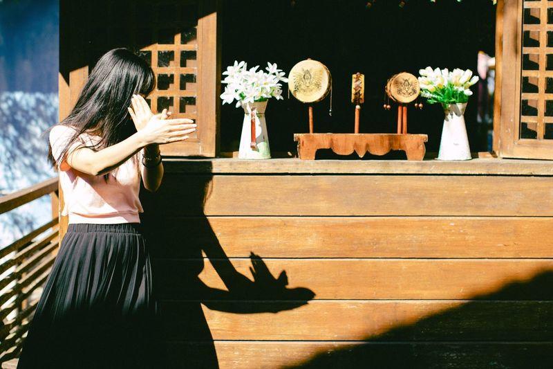自由 Real People Women One Person Plant Lifestyles Leisure Activity Adult Nature Standing Built Structure Outdoors Shadow Casual Clothing Sunlight Architecture Building Exterior Three Quarter Length Clothing Day