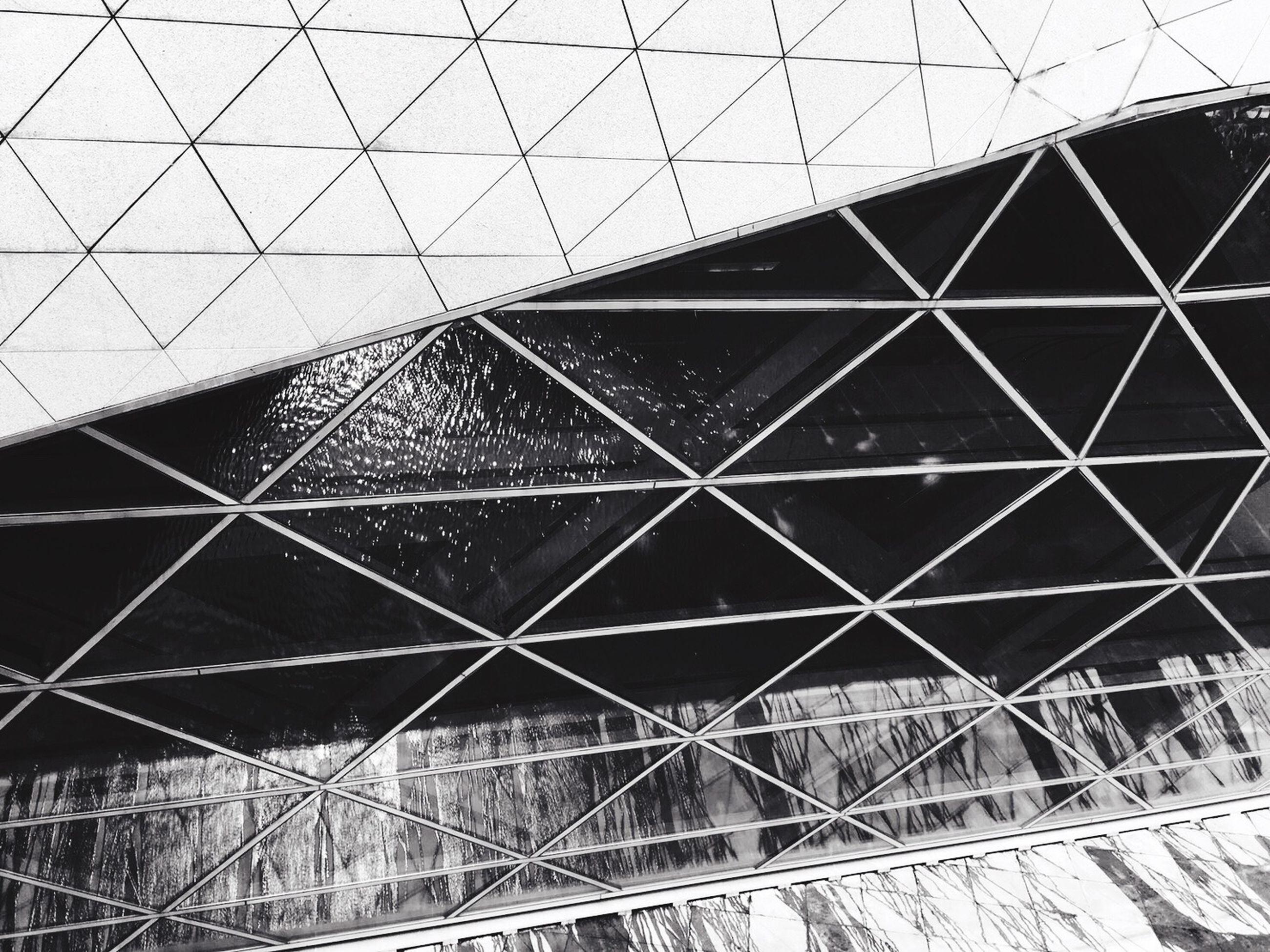 pattern, built structure, no people, architecture, low angle view, grid, day, outdoors, sky