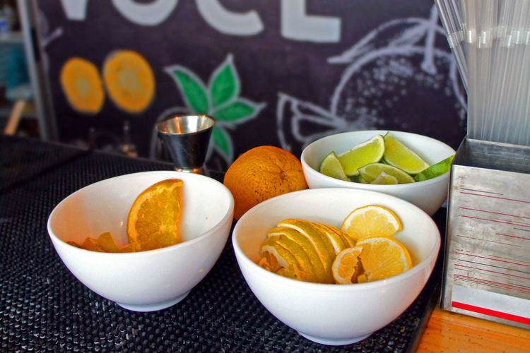 Fresh fruits in healthy food serving Bowl Citrus Fruit Close-up Drink Food Food And Drink Freshness Fruit Healthy Eating Lemon No People Orange Ready-to-eat Refreshment Servings SLICE Table Wellbeing