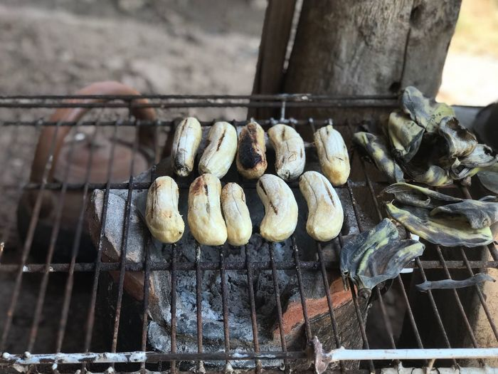 Grilled bananas for dessert being grilled on the rack. Thaidessert Sweet Thaisweet Grilled Bananas Bananas Banana Leaf Food Food And Drink Day Outdoors No People Metal Grate Freshness Ready-to-eat Close-up