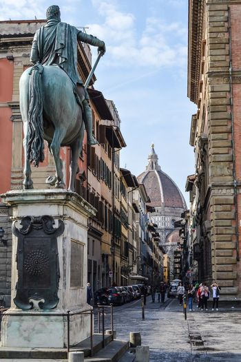 Catedral de Florencia desde la Piazza della Santissima Annunziata (Florence - Italy) Travel Tourism Built Structure Sculpture Statue Architecture Street City History Outdoors Cathedral Florence Italy