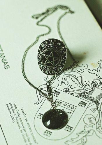 Colar e anel da loja Ravenheart Store 🔮 acesse nosso facebook e compre pela loja virtual 💀 http:/ravenheartstore.iluria.com 🌙 siga também nosso Instagram @ravenheartstore Pentagrama Darkness Constellation Gotico Witch Witchforest Ravenheartstore Witchcraft