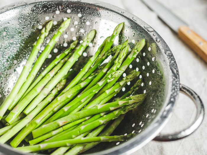 Food And Drink Green Color Freshness Water Indoors  Food No People Vegetable Close-up Household Equipment Still Life Healthy Eating Wellbeing Kitchen Utensil Wet Drop Colander High Angle View Directly Above Rain Asparagus