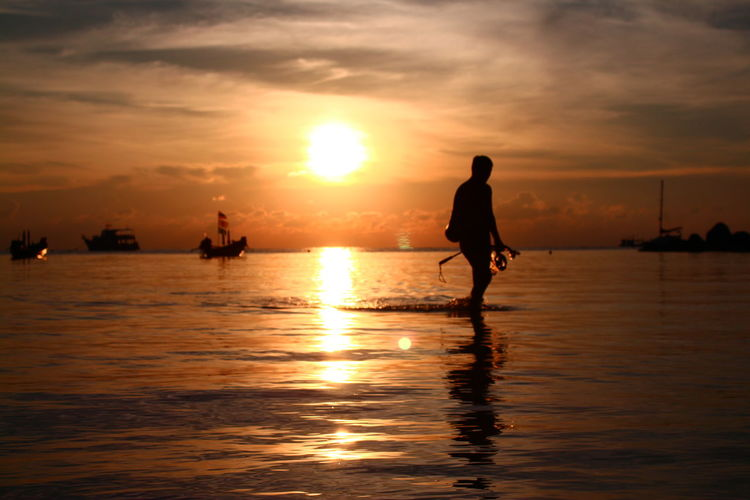 Diving in the evening Beautiful Sunset Beauty In Nature Diver Diving EyeEmNewHere Horizon Over Water Koh Tao Nature Nautical Vessel Neighborhood Map Reflection Romantic Atmosphere Scenics Sea Shadow And Light Silhouette Sky Snorkeling Sun Sunset Sunset Thailand Thailand Warm Atmosphere Warm Colors Water