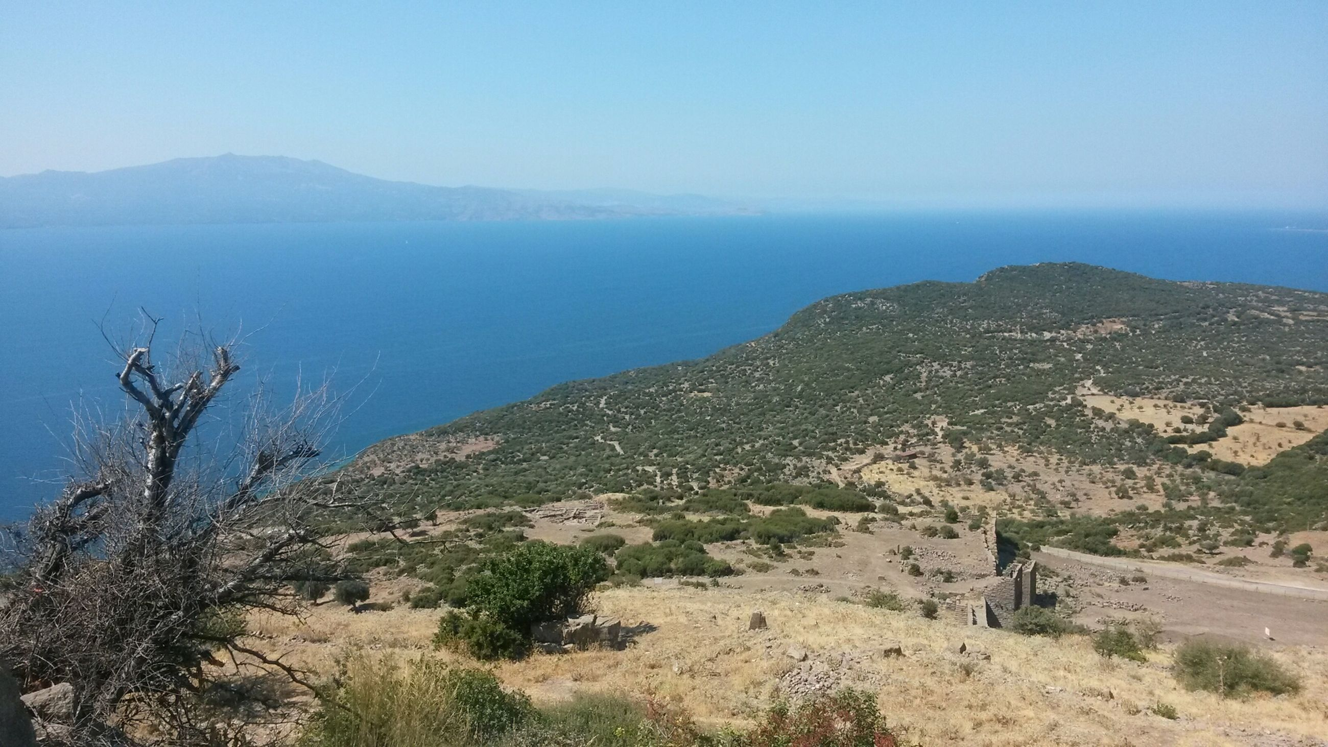 clear sky, sea, tranquil scene, scenics, mountain, tranquility, water, blue, beauty in nature, horizon over water, copy space, nature, landscape, high angle view, idyllic, sky, mountain range, coastline, day, tree