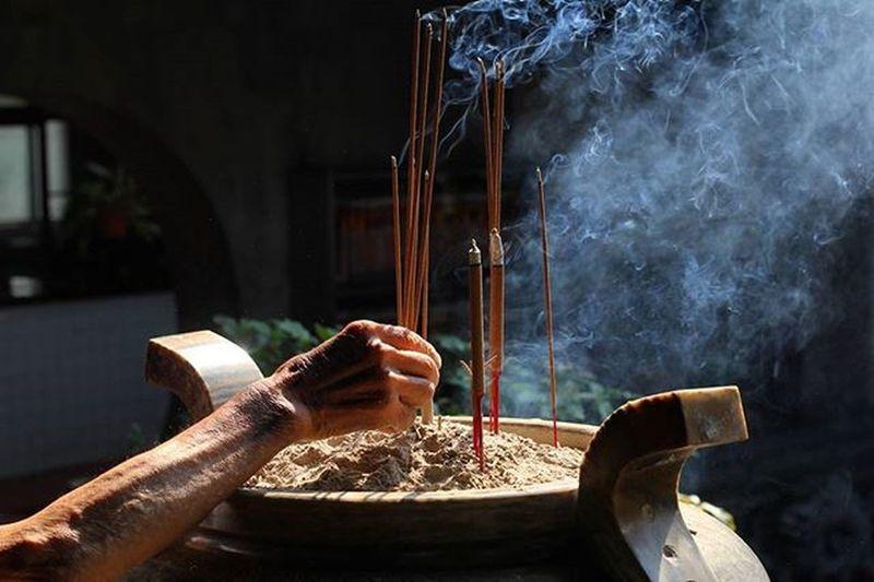 Prayer with smoke Taiwan Adventure Travel Trip Backpacking DSLR ASIA Asian  Street Religion Buddhismㅛ Travel Smoke People Hand 대만 불교 종교 Local 배낭여행 여행 동남아