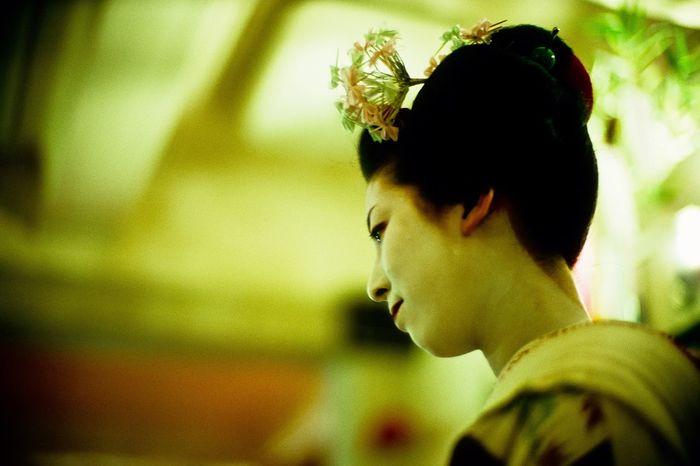 Grisha Maiko Profile Candid Candid Photography Candid Portraits Kyoto Gion Leicacamera LeicaM7 Noctilux 50mm F1