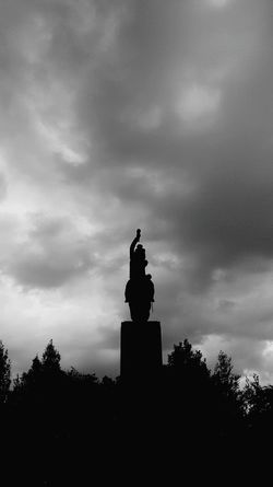 Statue No People City Silhouette Cloud - Sky Taking Photos City Street Street Photography Photographie  Santiago De Chile Check This Out Streetphoto_bw Streetphotography Urban Blackandwhite Casualphotography Building Exterior