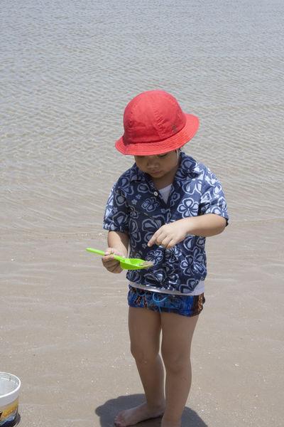 Sand One Person Beach People Full Length Childhood Day Outdoors Boys Child Water Nature One Boy Only Children Only Red Hat Thai Kid Thai Children Vacations Summer สวนสนประดิพัทธิ์,ประจวบคีรีขันธ์