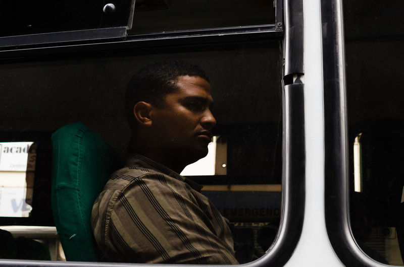 Por Puesto My Best Photo One Person Headshot Portrait Looking Young Adult Side View Real People Indoors  Adult Young Men Casual Clothing Men Window Looking Away Serious Mode Of Transportation Transportation Occupation Mid Adult Profile View Contemplation EyeEm Best Shots EyeEm Selects Streetphotography Street Photography The Street Photographer - 2019 EyeEm Awards