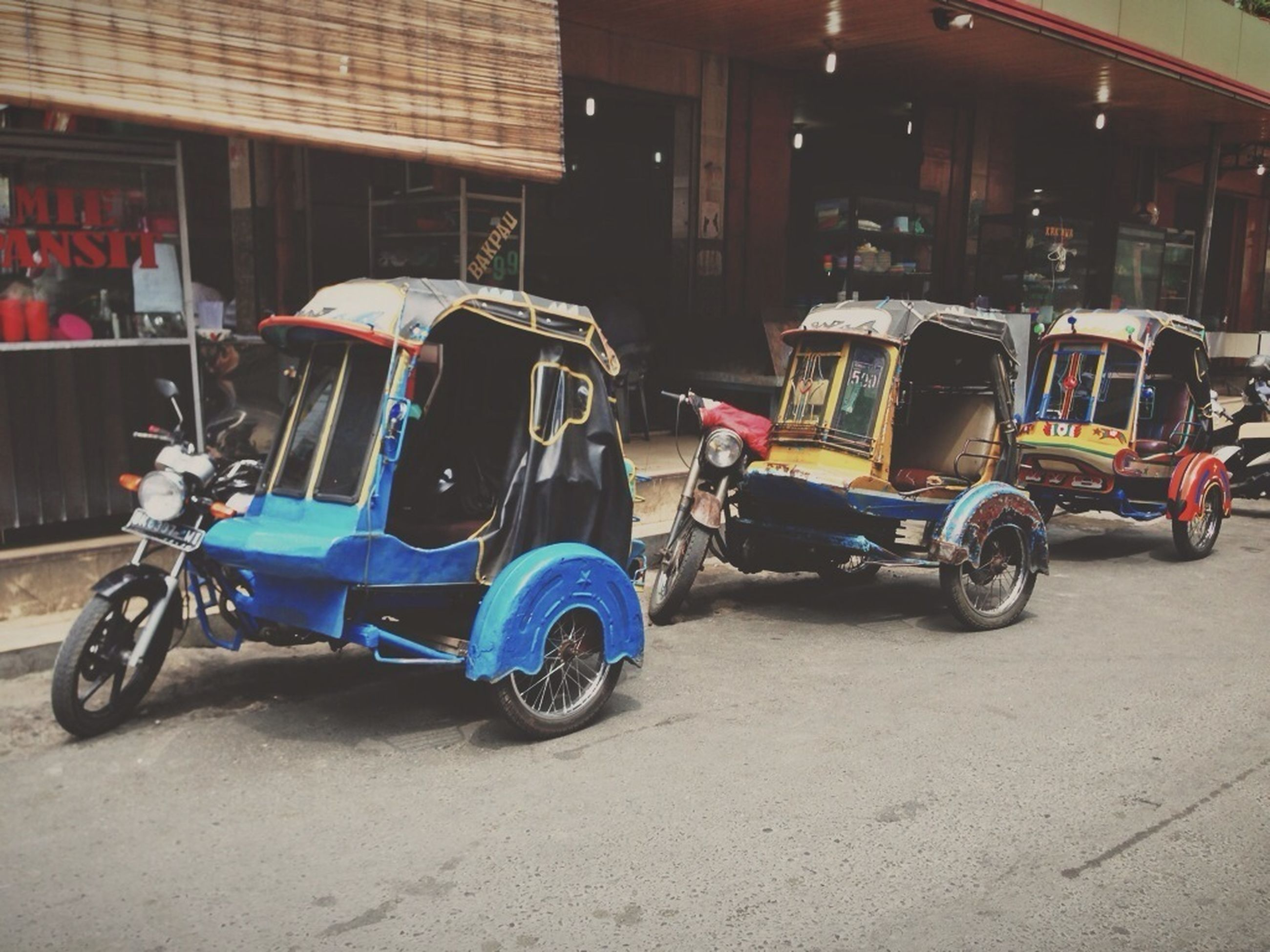 land vehicle, transportation, mode of transport, bicycle, parked, stationary, parking, architecture, building exterior, street, built structure, car, city, motorcycle, riding, travel, motor scooter, road, side view