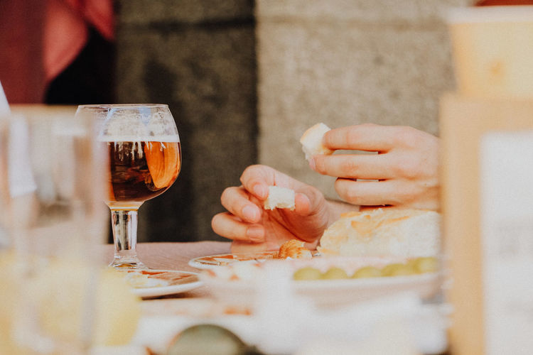 Eating with friends Bier Eating With Friends Hands Hanging Out With Friends Alcohol Bread Drink Drinking Glass Food And Drink Freshness Glass Hand Holding Human Body Part Human Hand Leisure Activity Lifestyles Men Midsection One Person Real People Refreshment Restaurant Selective Focus Spaın
