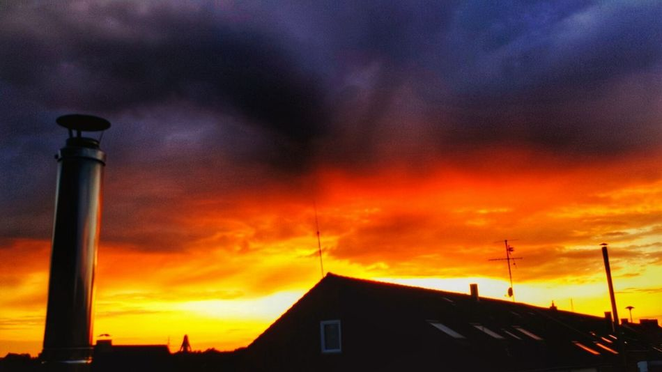 👉 Der Himmel trägt heut schwarz -rot-gold 😎 Built Structure Architecture View Out Of The Window House Building Exterior Dramatic Sky Cloud - Sky Sunset No People Heat - Temperature Roof Sky Industry Nrw Germany Nature Sky And Clouds Blackredgold EyeEm Best Shots Colorful Evening Sky The Week On EyeEm Paint The Town Yellow