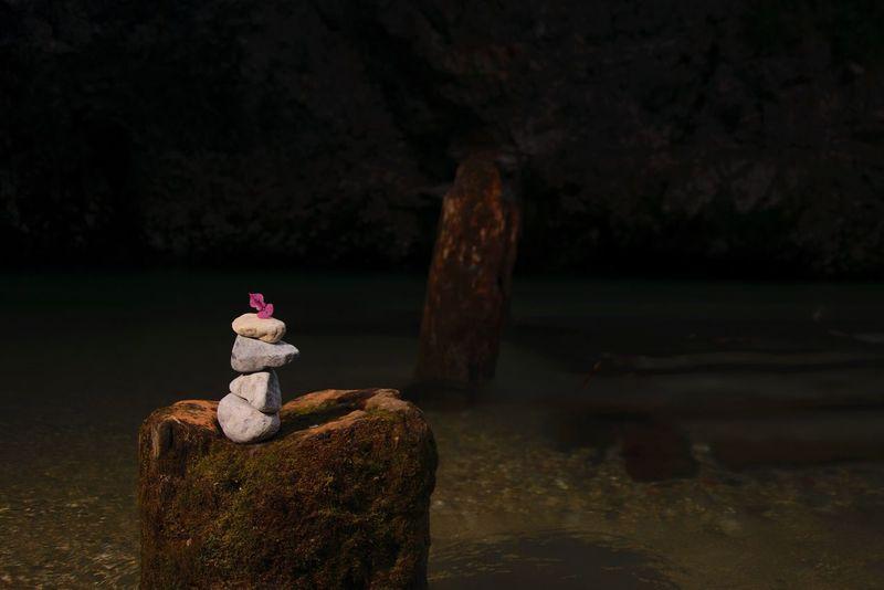 Beatiful nature🇦🇹 Sculpture No People Water Statue Focus On Foreground Nature Night Outdoors Beauty In Nature Tree Close-up Titelbild River Austria Flash Photography Loweraustria Rock - Object Steinskulpturen Wasser Heller Vordergrund