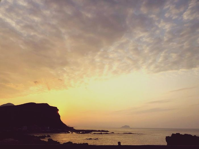 世界就是這樣循環,不要小看 Water Sea Sunset Beach Red Blue Power In Nature Reflection Sun Awe