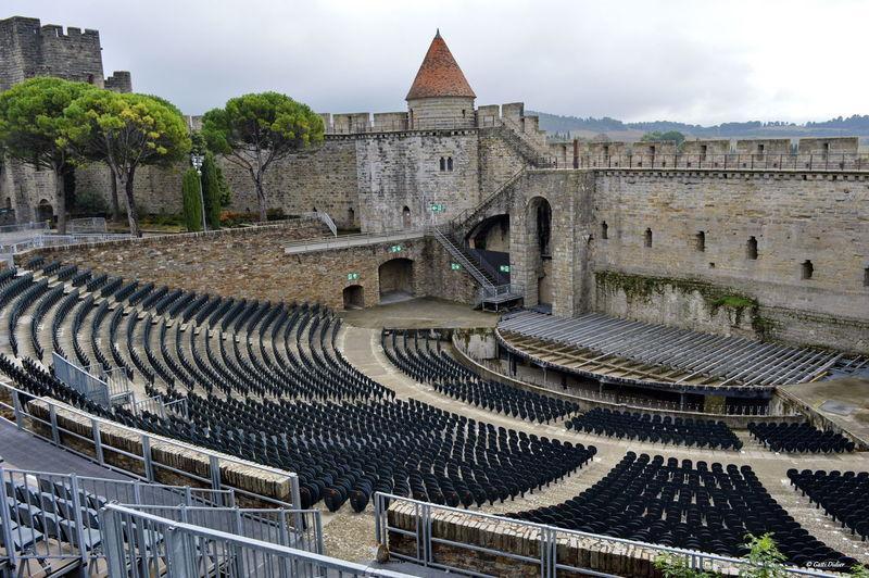 le village médiéval de Carcassonne, encore habité aujourd'hui. Il est entouré de 3 km de remparts et compte 52 tours. Carcassone, France France Medieval Architecture Tourism