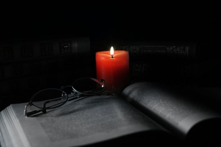книга книги свеча чернобелое романтика Books Night No People First Eyeem Photo