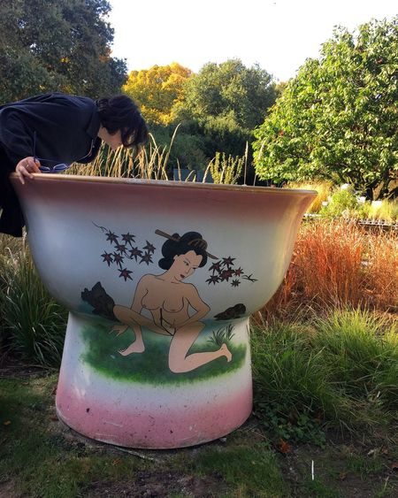 Creativity Tree Art Tasse Tasse A Sake Sake Giant Having Fun Women Who Inspire You Grass Outdoors Real People Nature Sculpture Cup Sake Cups