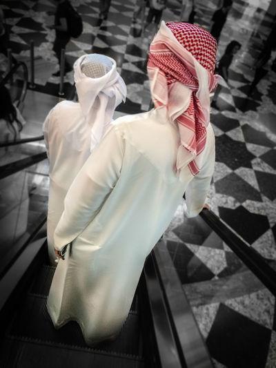 دِشداشَة ---- كَندورَة Arab Culture Arabic Culture Black And White Dishdasha Dubai Dubai Streetphotography Egal Emirati Ghatra Ghutra Gutra Heritage Kandora Saudi Arabia Saudi Clothes Shemagh Stereotypes Tradition Tradition Meets Modern Traditional Clothes Traditional Clothing UAE UAE , Dubai United Arab Emirates دِشداشَة