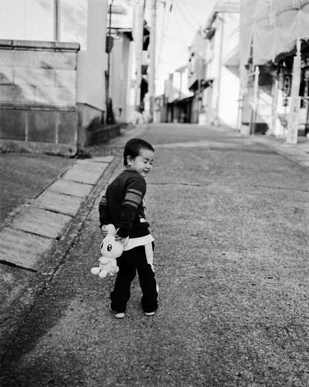 120 Film Black And White Child Childhood Children Only EyeEm Best Shots - Black + White EyeEm Japan Film Photography Filmisnotdead From My Point Of View Light And Shadow Medium Format Photooftheday Plaubel Makina 67 Portrait Real People Snapshots Of Life Street Photography Streetphoto_bw The Week Of Eyeem