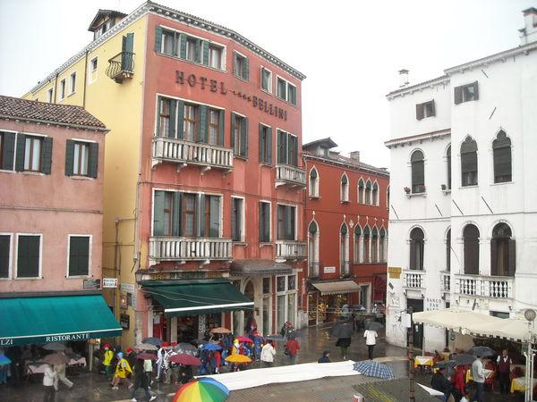 Old Buildings Amazing Architecture Romantic Italy❤️ Europe Trip Venice Amazing View Streetphotography People People Walking  Umbrrella Rainy Days RainingSeason