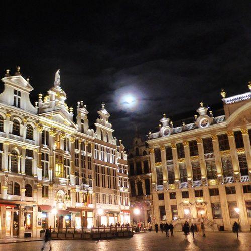 Bruselas la nuit. Lunalunera Travel Grandplace Skylovers Moon