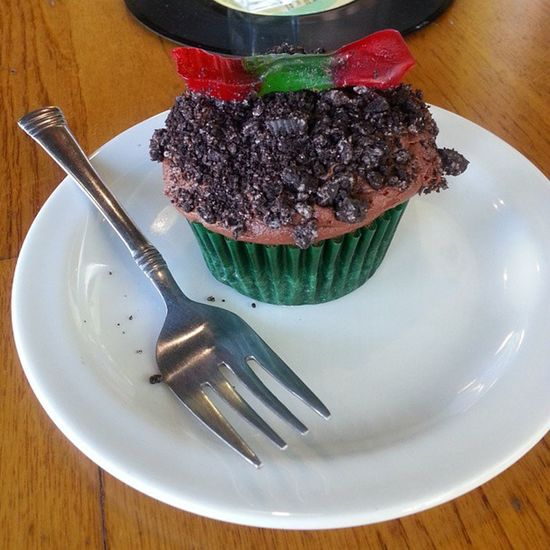 Wow. Dirt & worms cupcake. Delicious Myweakness