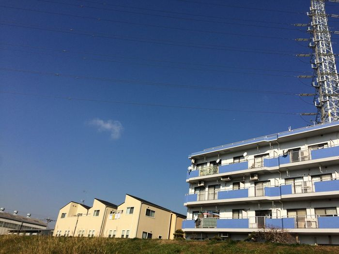 青い空と何でもない建物 Sky Bill