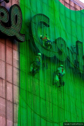 Título: Telaraña consumista/Consumer spider web Autor: Marcus Populus Lugar: El Corte Inglés (Arguelles, Madrid) Cámara: Panasonic DMC TZ60 f/5.6 38.4 mm 1/80 s ISO 100 Marcus Populus Architecture Green Color Transparent Wall - Building Feature