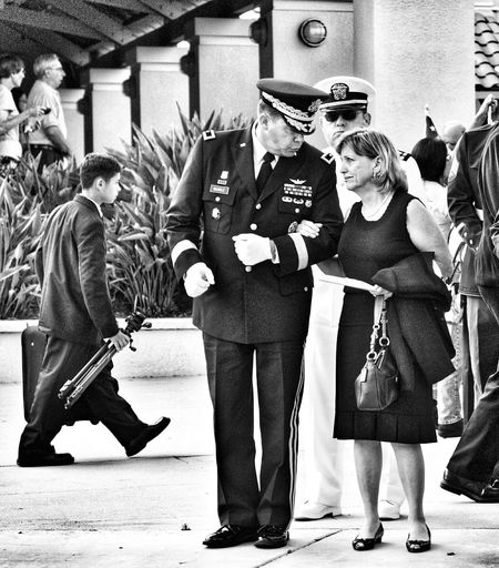 Respect for a mother of a dead son Enjoying Life People Photography At The Funeral Military Funeral Capture The Moment Military Mom Honor The Dead Photos That Will Restore Your Faith In Humanity